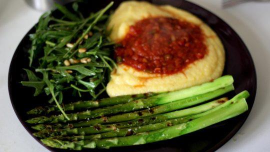 Grüner Spargel mit Polenta und Tomatensauce