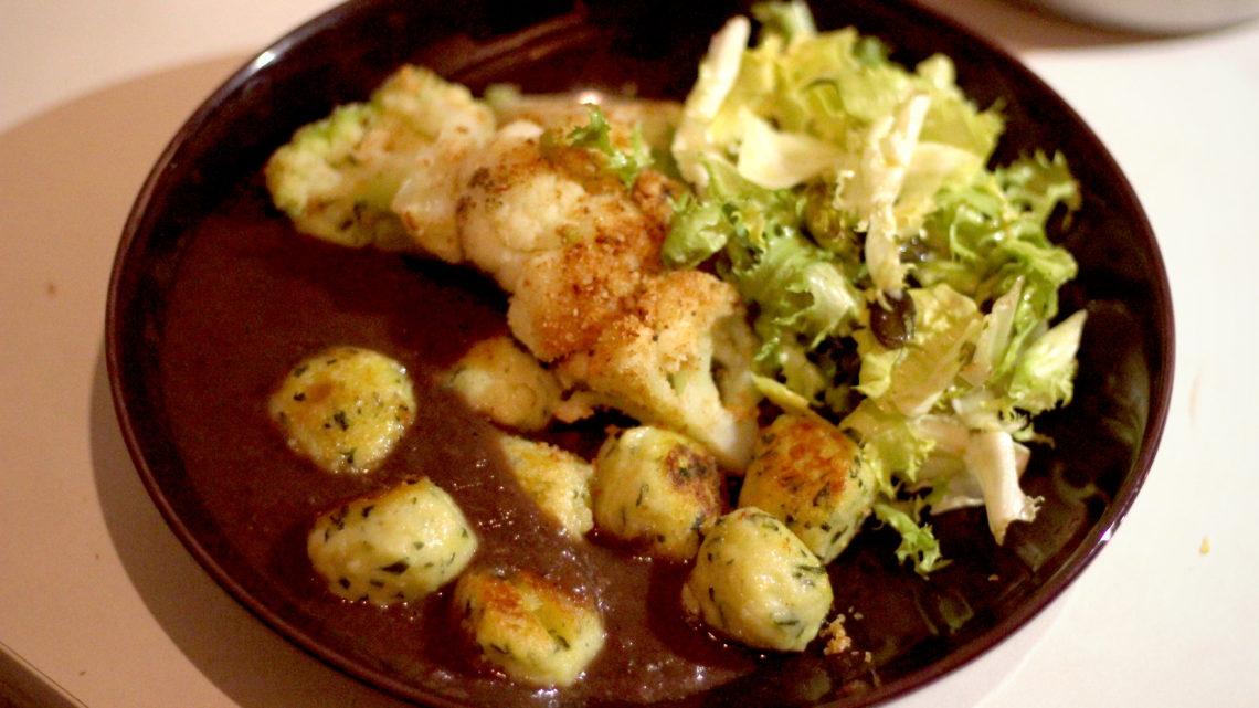 Vegane Bärlauch-Schneebällchen mit Rotweinsauce